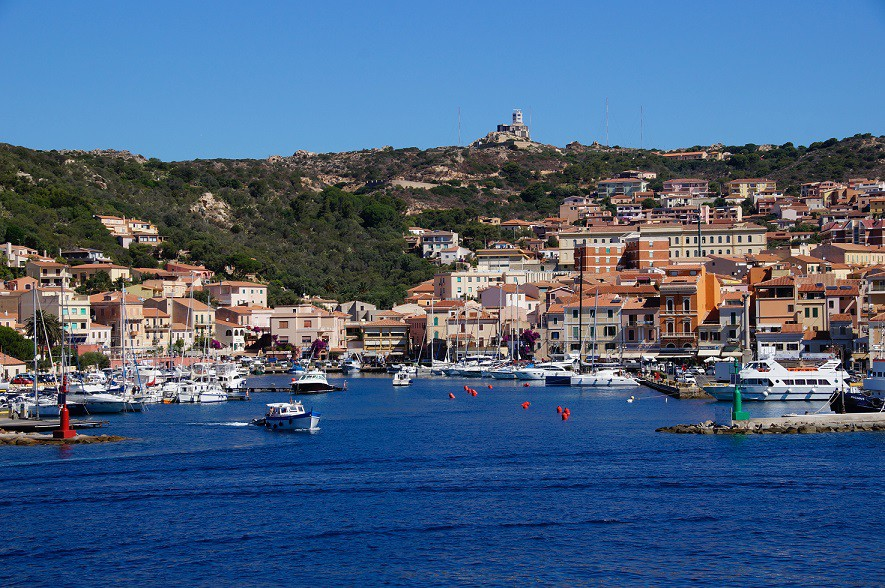 """Comprarsi un angolo di paradiso: 5 isole italiane """"low-cost"""" dove investire nel 2021"""